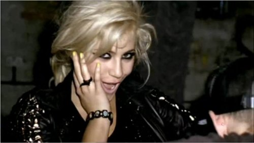 Pixie-Lott-Yellow-Nails